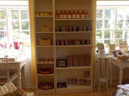 I butikken kan man købe bøger, tørklæder, postkort, honning og meget mere. Foto: Kahoha.